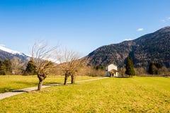 Chiesa nei prati delle alpi Immagini Stock Libere da Diritti