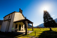 Chiesa nei prati delle alpi Fotografia Stock Libera da Diritti
