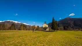Chiesa nei prati delle alpi Immagini Stock