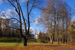 Chiesa nel parco di autunno Immagini Stock