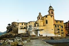 Chiesa nel villaggio di Camogli Fotografia Stock