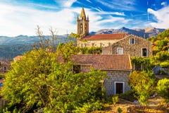 Chiesa nel villaggio di Zonza con le case di pietra tipiche durante il tramonto, Fotografia Stock