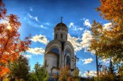Chiesa nella foresta di autunno Fotografie Stock