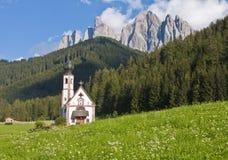 Chiesa nelle alpi europee Fotografia Stock Libera da Diritti