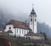Chiesa nelle alpi svizzere un giorno nebbioso nell'inverno Immagini Stock