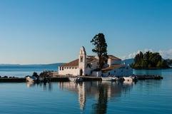 Chiesa nelle isole della baia di Corfù, Grecia Fotografia Stock Libera da Diritti
