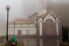 Chiesa nelle montagne in tempo piovoso sull'isola del Madera Fotografie Stock