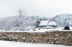 Chiesa nera coperta da neve fresca Fotografie Stock Libere da Diritti