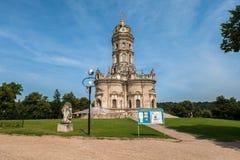 Chiesa ortodossa antica del segno della nostra chiesa di signora Znamenskaya in proprietà terriera Dubrovitsy, Russia Fotografie Stock