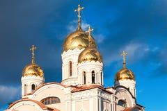 Chiesa ortodossa bianca con le cupole dorate immagine stock
