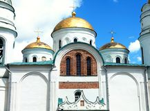 Chiesa ortodossa bianca nel giorno soleggiato Fotografie Stock