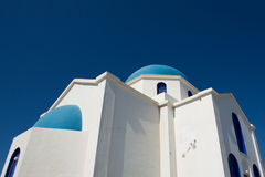 Chiesa ortodossa blu e bianca splendida Fotografia Stock Libera da Diritti