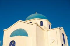 Chiesa ortodossa blu e bianca splendida Fotografie Stock