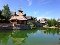 Chiesa ortodossa dal lago Fotografia Stock