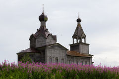 Chiesa ortodossa del nord di legno fotografie stock