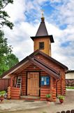 Chiesa ortodossa di legno russa dell'icona di Kazan della madre di Dio fotografia stock