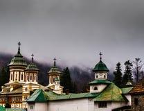 Chiesa ortodossa di Sinaia fuori delle pareti del monastero Clo drammatici fotografie stock