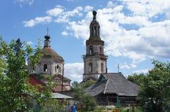 Chiesa ortodossa dilapidata in un villaggio nella regione di Tver' Fotografia Stock