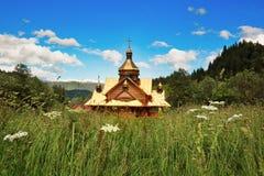 Chiesa ortodossa nel cuore delle montagne carpatiche Immagine Stock