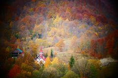 Chiesa ortodossa rurale circondata dalla foresta su un piccolo villaggio rumeno fotografie stock libere da diritti
