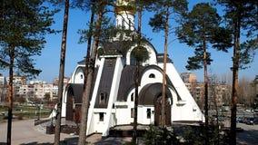 Chiesa ortodossa russa Bella chiesa situata nei dettagli e nel primo piano di un'abetaia stock footage
