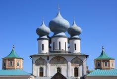 Chiesa ortodossa russa contro il cielo blu Immagine Stock