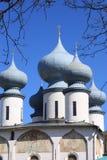 Chiesa ortodossa russa contro il cielo blu Fotografia Stock Libera da Diritti