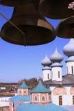 Chiesa ortodossa russa ed i segnalatori acustici Fotografia Stock Libera da Diritti