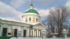 Chiesa ortodossa russa su un chiaro video di giorno di inverno archivi video