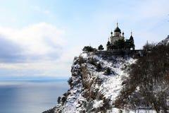 Chiesa ortodossa sopra la montagna Immagine Stock