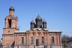 Chiesa ortodossa suburbana con un campanile Fotografie Stock Libere da Diritti