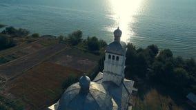 Chiesa ortodossa sulla riva del fiume stock footage