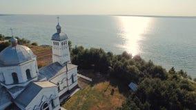 Chiesa ortodossa sulla riva del fiume archivi video