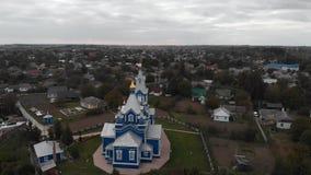 Chiesa ortodossa sulla sponda del fiume stock footage