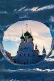 Chiesa ortodossa in una finestra di ghiaccio fotografia stock