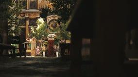 Chiesa ortodossa Una vista dentro l'altare e le icone video d archivio