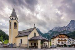 Chiesa in paesino di montagna Sappada Immagini Stock Libere da Diritti