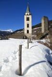 Chiesa parrocchialedi Santa Maria Assunta med Torre di Santa Maria i bergstaden av Santa Maria in Calanca, Schweiz Royaltyfria Bilder