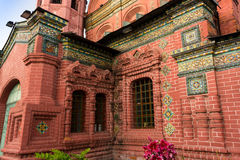 Chiesa rossa con i mosaici variopinti ed i modanature Fotografie Stock Libere da Diritti