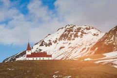 Chiesa rossa di Vik sull'alta montagna della collina, Islanda Immagine Stock Libera da Diritti