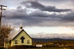 Chiesa rurale contro le alte sierre California U.S.A. Immagine Stock Libera da Diritti
