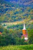 Chiesa rurale dal pendio di collina Immagini Stock