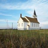 Chiesa rurale nel campo. Fotografia Stock