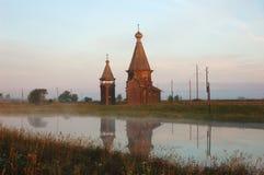 Chiesa russa di legno antica ad alba Fotografie Stock Libere da Diritti