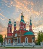 Chiesa russa sopra il tramonto bruciante Fotografia Stock