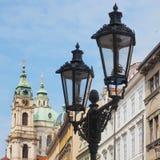 Chiesa San Nicola a Praga, repubblica Ceca, con la lampada di via nella priorità alta Immagine Stock Libera da Diritti