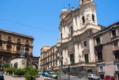 Chiesa Santo Francesco di Catania e la statua di Cardinale Dusme Fotografie Stock