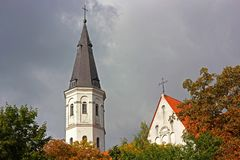 Chiesa in Siauliai, Luthuania durante la caduta fotografie stock