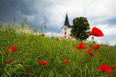 Chiesa sola nel campo Fotografie Stock Libere da Diritti
