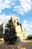 Chiesa sotto cielo blu fotografia stock